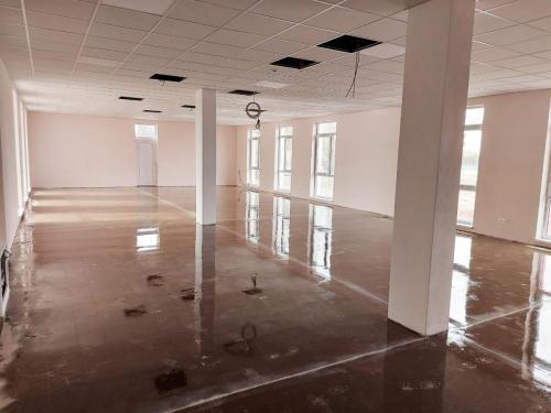 Epoxidový základ liatych podláh v jedálni - už suchý a pochôdzny.