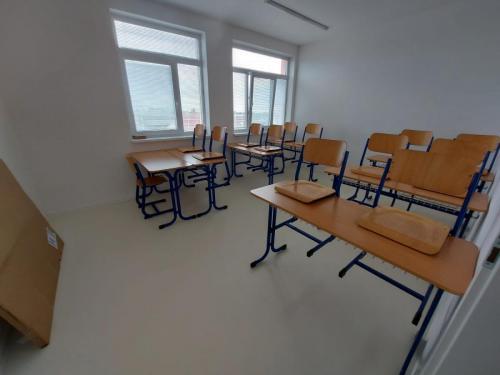 Malá učebňa pre 12 žiakov (tento modrý nábytok sme dostali darom z Arcibiskupského gymnázia z Trnavy)